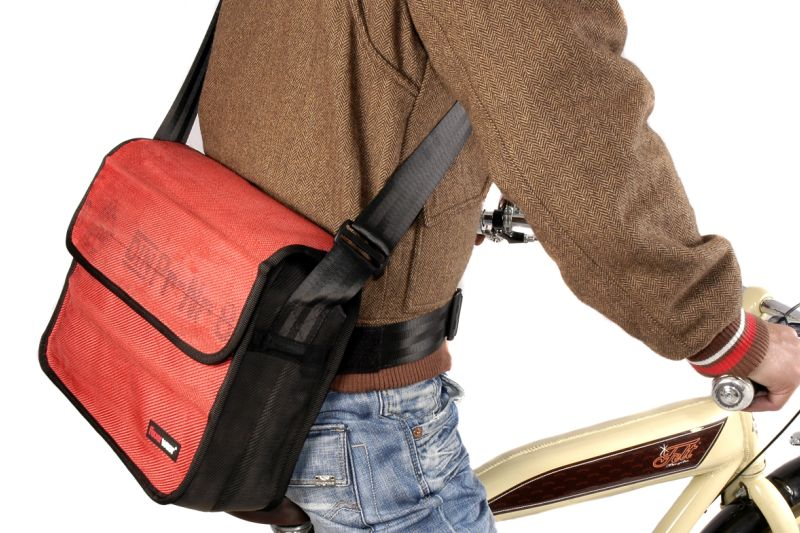 An adjustable waist belt comes with laptop bag Scott